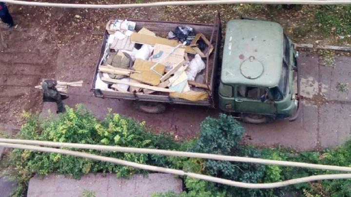 Мусор, диваны и газовые баллоны: в Сарсе УК самовольно заняла подвал пятиэтажки