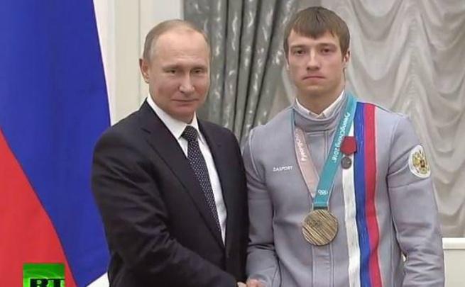 Президент Владимир Путин пожал ярославскому спортсмену руку и вручил медаль