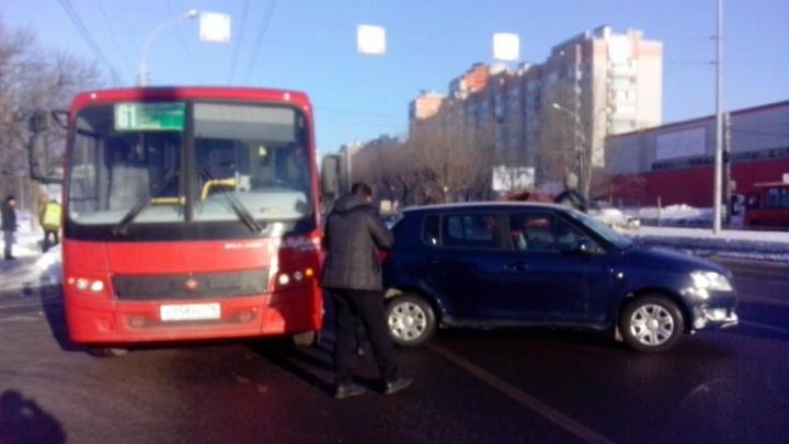 Участники ДТП с маршруткой разъехались: движение троллейбусов восстановлено