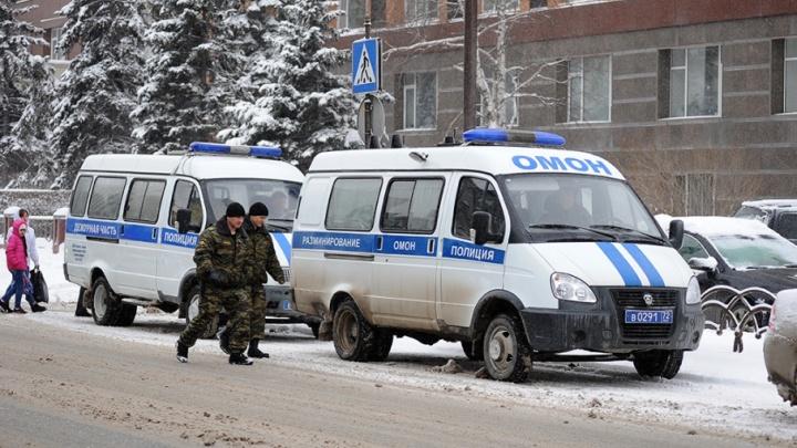 Тюменским спецслужбам разослали анонимки с угрозами о взрывах в школах и ТЦ