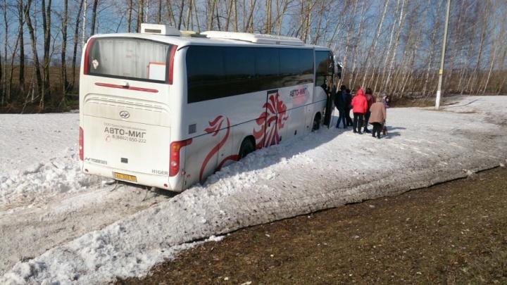 Фото с места ДТП: автобус с самарскими туристами слетел в кювет по дороге в Казань