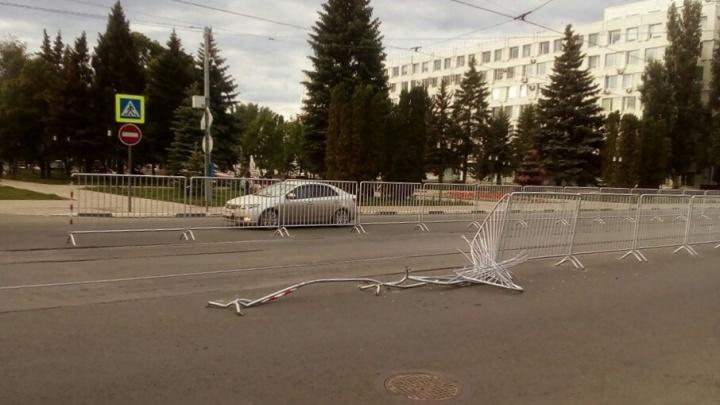 «Не пришлись по душе»: у Самарской площади сломали заборы на трамвайных путях
