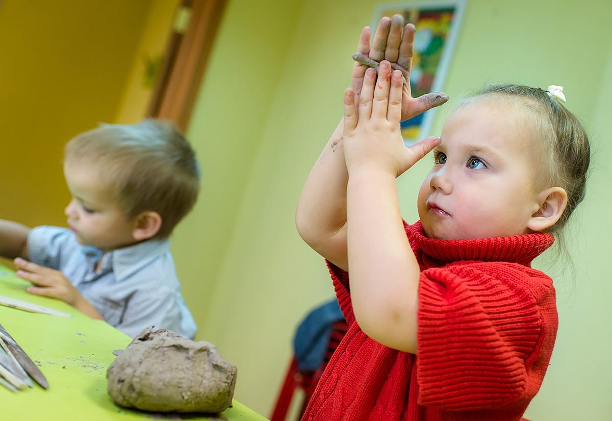 Во время интервью дети Ирины рисовали, лепили и сами включали гончарный круг