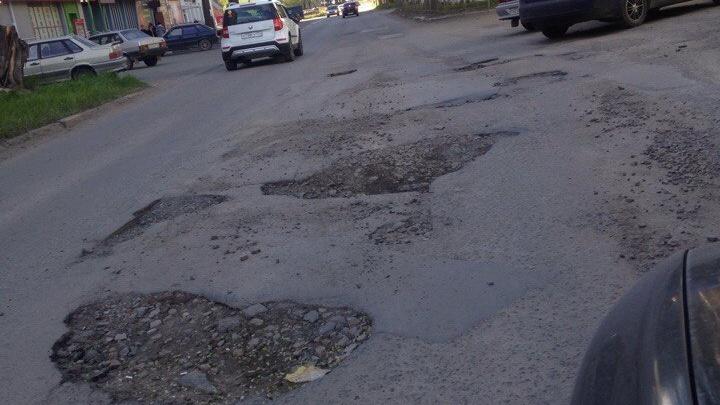 Как после бомбёжки: разбитые дороги в Ленинском районе пообещали отремонтировать в июне