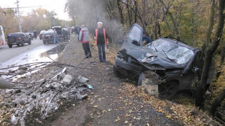 «Столб вырвало с корнем»: в Самаре водитель Chevrolet NIVA снес световую опору