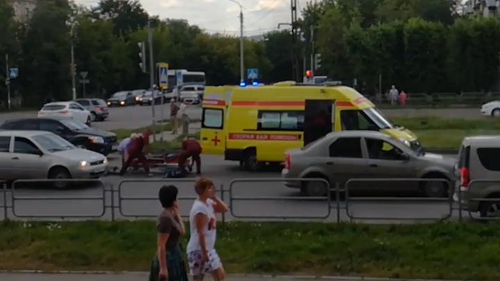 Карета скорой, спасавшая жертву ДТП, сбила велосипедистку в Челябинской области