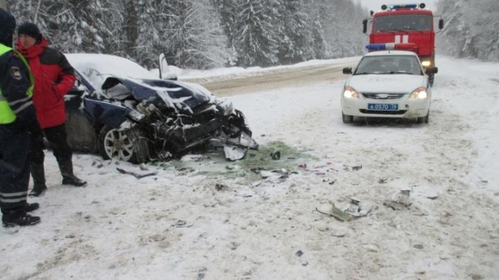 На снежной трассе под Ярославлем разбились две иномарки и увязли в снегу