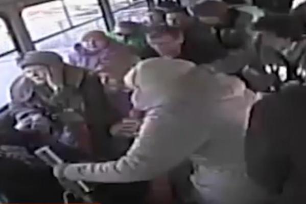 Женщина ехала стоя и от удара отлетела на пол.