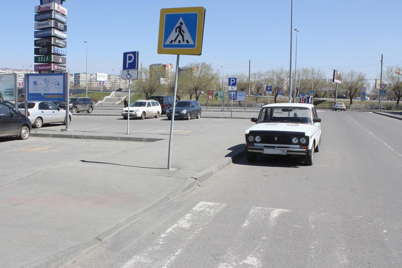 Эта «шестерка» — кандидат на посещение штраф-стоянки: расстояние до перехода явно не вмещает автомобиль «Волга»