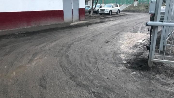 Было бы желание: около ростовской школы № 99 засыпали ямы на дороге