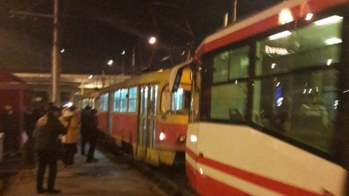 В Волгограде скоростной трамвай на полчаса застрял под землей