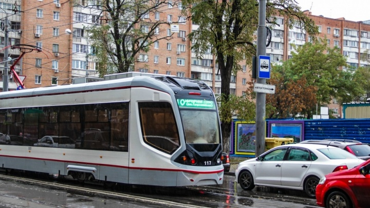 Пассажирский автобус столкнулся с трамваем в центре Ростова