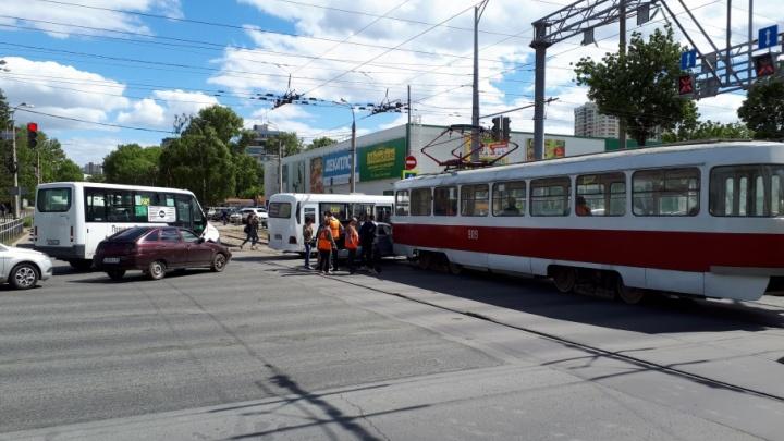 Перекрыли Московское шоссе: возле ТЦ «Русь» столкнулись трамвай и легковушка