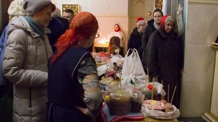 Куличи, свечи и первые лица: фоторепортаж с пасхальной службы в Ильинском кафедральном соборе