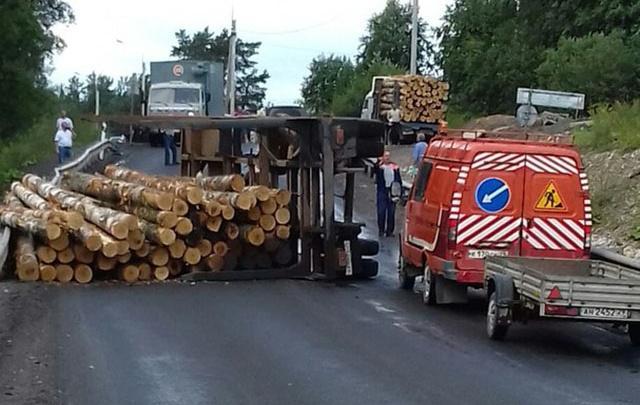 В Вельске на дороге опрокинулся груженый лесовоз