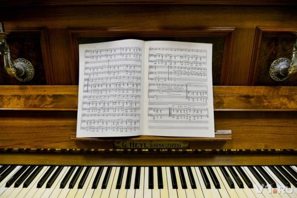 На этом старом пианино много лет играла Александра Пахмутова