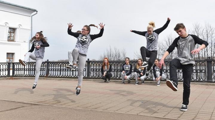 Сотни ярославцев устроили танцевальную маевку