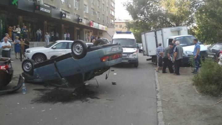 «Десятка»-перевертыш: водитель на ВАЗе снес четыре машины и опрокинулся на крышу