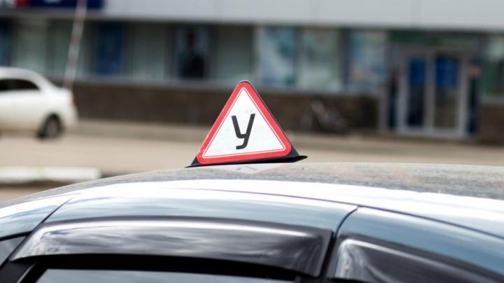 У ярославской автошколы за долги арестовали автомобиль прямо во время экзамена
