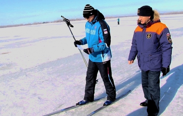 В Самаре сотрудники ГИМС вручают памятки любителям прогулок по льду
