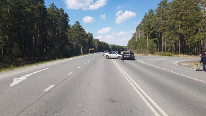 20-летний водитель Nissan догнал на тюменской трассе BMW: пострадали четыре человека