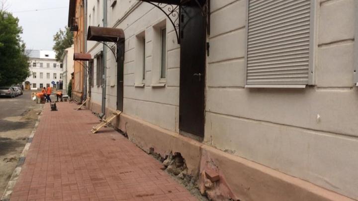 В Ярославле вместе с заменой плитки снесли несколько крылец в центре города