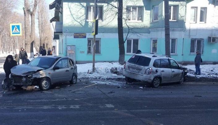 Разбросало по перекрестку: на Каховской — Юных Пионеров в ДТП сошлись две «Калины»