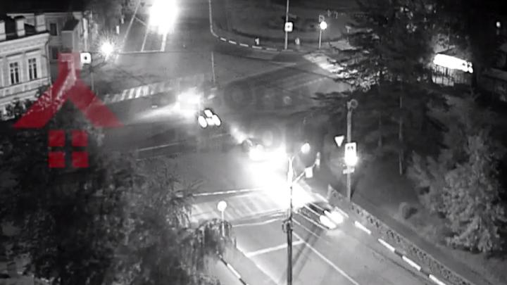 Три авто на красный: на перекрестке в центре Ярославля столкнулись две иномарки
