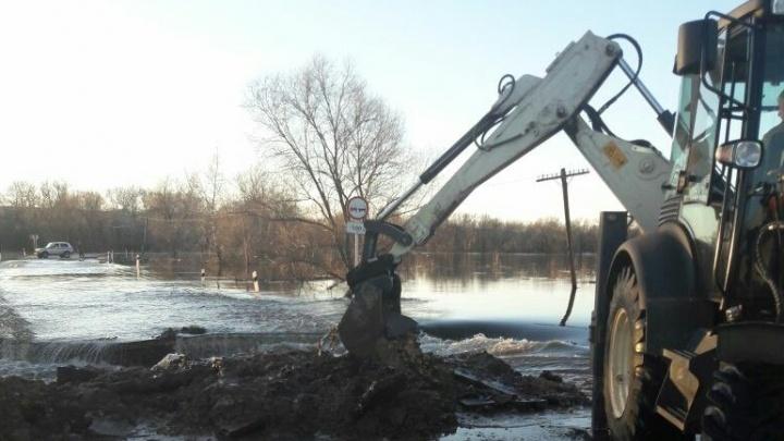 В Алексеевском районе перекрыли дорогу большой воде