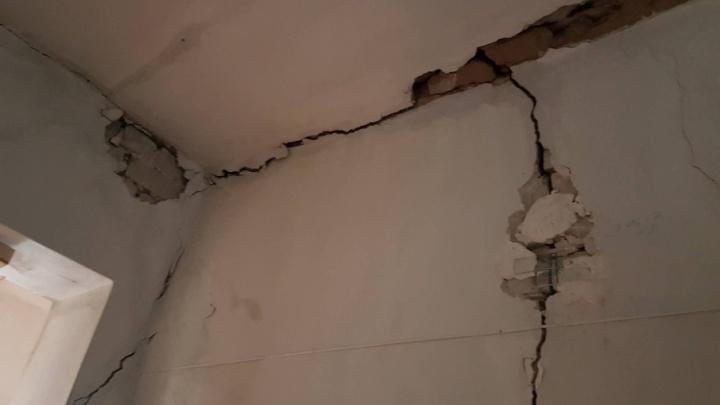 В Красноармейском районе Волгограда в жилом доме обрушился потолок
