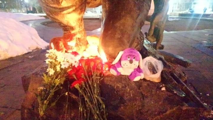 «Скорбим вместе с Кемерово»: в Самаре женщины принесли цветы и игрушки на площадь Памяти