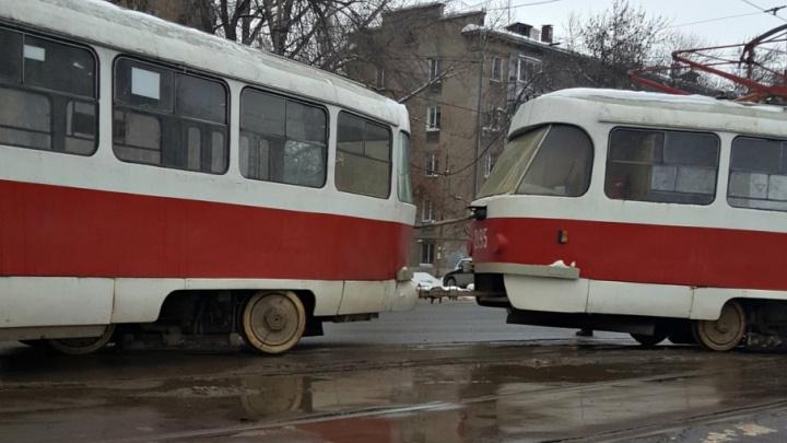 Транспорт не ждите: на пересечении Физкультурной и XXII Партсъезда трамвай сошел с рельс