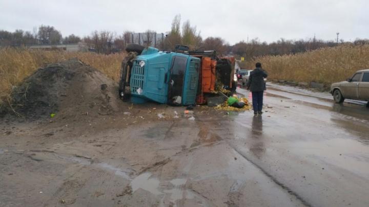 В Дзержинском районе Волгограда перевернулся мусоровоз
