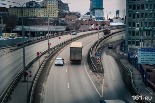 Идти по Ворошиловскому мосту станет приятнее, операторы увеличили скорость интернета в этой зоне