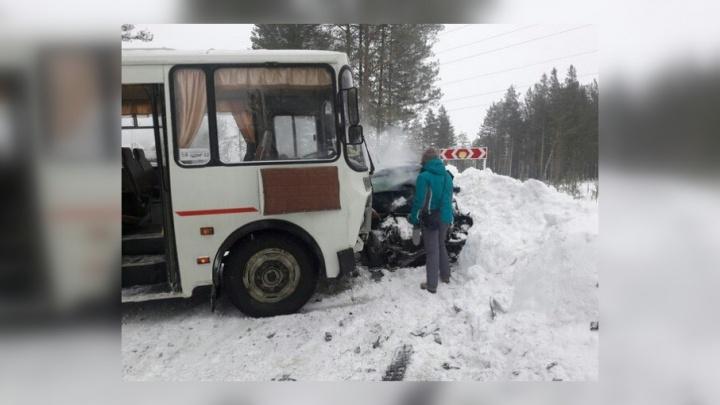 На трассе в Прикамье столкнулись иномарка и пассажирский автобус. Пострадали пять человек