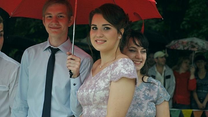 43 медалиста и разноцветные зонтики: в Аксае прошел районный бал выпускников