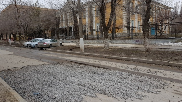 В центре Волгограда полмесяца не могут заделать дыру после ремонта провала