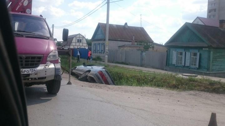 В Волгограде ВАЗ вылетел с дороги в водоотводную канаву