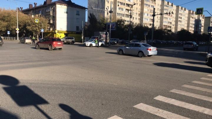 Внеплановое отключение светофоров в центре Тюмени спровоцировало трехкилометровую пробку