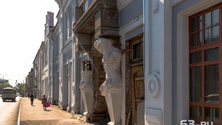 Расправили плечи: на фасад усадьбы Шихобалова на улице Венцека вернули скульптуры атлантов