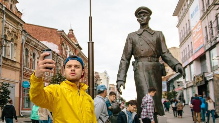 «Молодежка» в Самаре: Влад Канопка прогулялся по Ленинградке и сделал селфи с дядей Степой