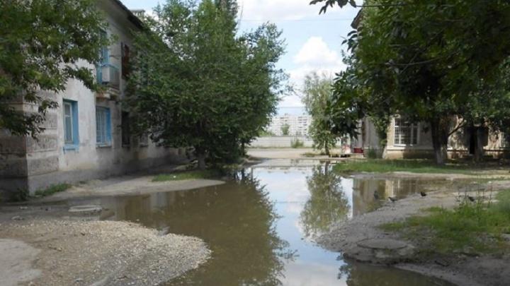 Волгоградцы шесть лет бьются за ремонт двора по улице Воронкова