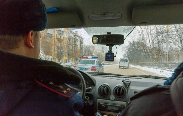 Сотрудники ГИБДД поймали угонщика-рецидивиста, пока хозяин похищенной машины спал