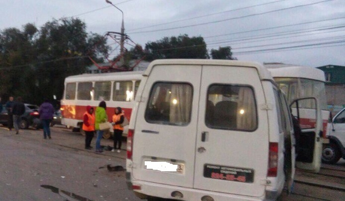 На Заводском шоссе «Рено» и «Газель» столкнулись с трамваем