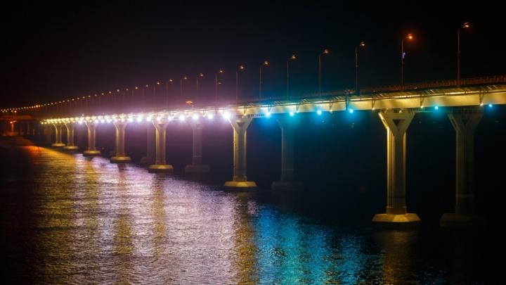 В Волгограде «танцующий» мост одевают в новогоднюю гирлянду