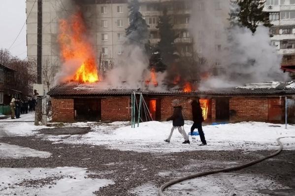 Пожарные продолжают проливать охваченные огнем постройки