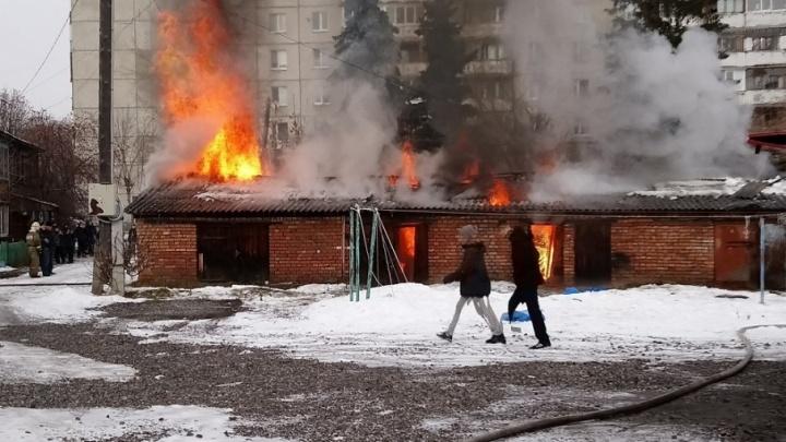 На улице Пархоменко загорелись гаражи