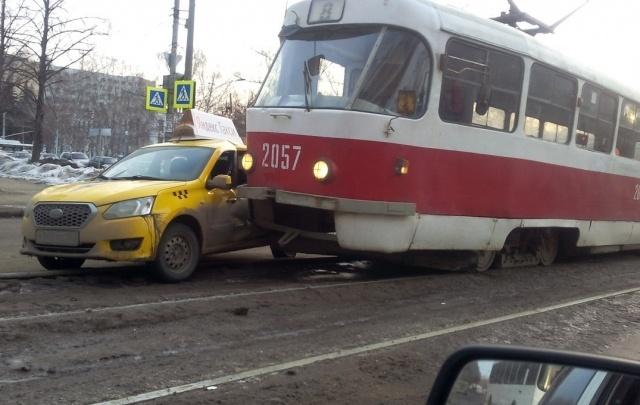 В Самаре на Алма-Атинской дорогу не поделили трамвай и такси