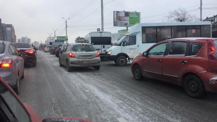 Опоздали на работу и знакомились в пробке: в час пик на Челябинск обрушился снегопад