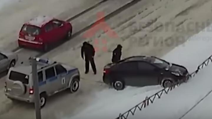 Ярославские полицейские вызволили застрявшую в сугробе машину